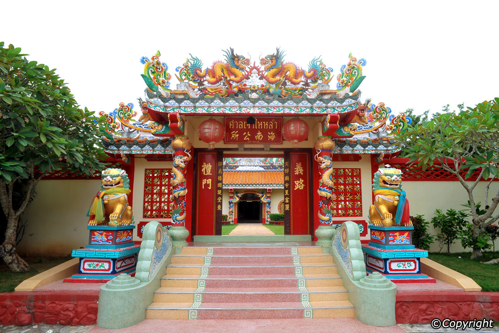 See the two cultures blend at the Wat Jee Kong
