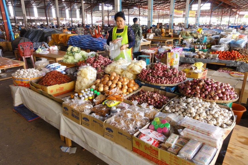 Look for organic produce at Dao Heuang Market