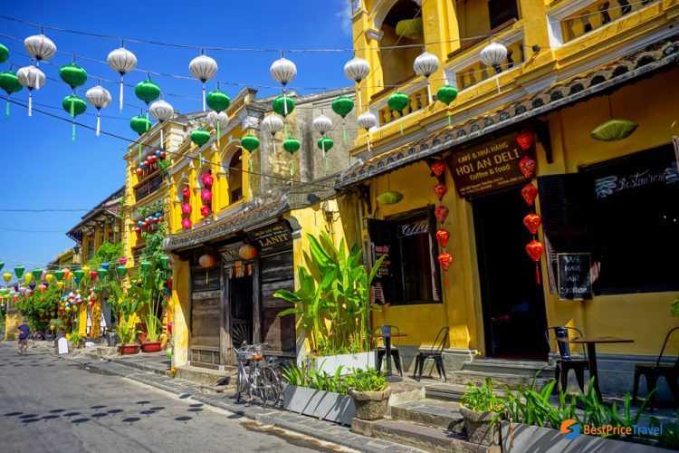 Walk around the Old Town of Hoi An